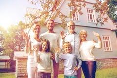 Familia feliz delante de la casa al aire libre fotos de archivo