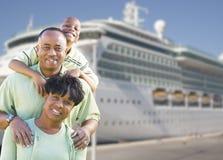 Familia feliz delante del barco de cruceros imagenes de archivo