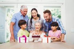 Familia feliz durante la fiesta de cumpleaños de la abuelita Foto de archivo