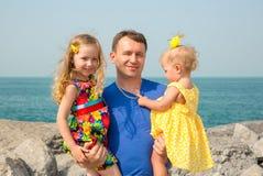 Familia feliz El padre y dos muchachas de los niños al aire libre disfrutan de la naturaleza Papá e hija del retrato Emociones hu Imagen de archivo