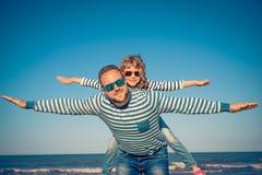 Familia feliz el vacaciones de verano imagen de archivo