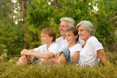 Familia feliz en bosque Imagen de archivo