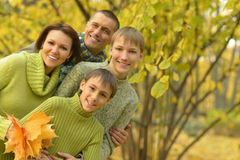 Familia feliz en bosque del otoño Imagen de archivo libre de regalías