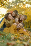 Familia feliz en bosque del otoño Fotografía de archivo libre de regalías