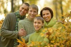 Familia feliz en bosque del otoño Foto de archivo libre de regalías