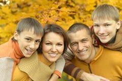 Familia feliz en bosque del otoño Imágenes de archivo libres de regalías