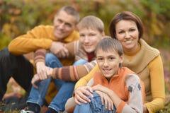 Familia feliz en bosque del otoño Fotografía de archivo