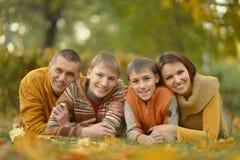 Familia feliz en bosque del otoño Foto de archivo