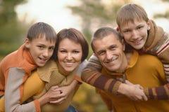 Familia feliz en bosque del otoño Fotos de archivo libres de regalías