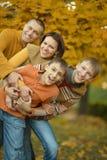 Familia feliz en bosque del otoño Imagenes de archivo