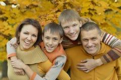Familia feliz en bosque del otoño Fotos de archivo