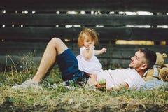 Familia feliz en césped en el parque fotografía de archivo libre de regalías