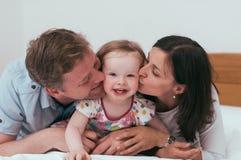 Familia feliz en cama Fotografía de archivo libre de regalías