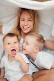 Familia feliz en cama por la mañana Imágenes de archivo libres de regalías