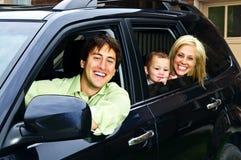 Familia feliz en coche Fotografía de archivo libre de regalías