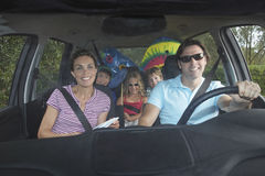 Familia feliz en coche Imagen de archivo