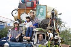 Familia feliz en coche viejo Imágenes de archivo libres de regalías