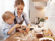 Familia feliz en cocina Galletas de la hornada de la madre y del niño fotografía de archivo