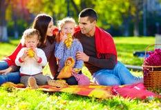 Familia feliz en comida campestre del otoño en parque imágenes de archivo libres de regalías