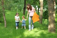 Familia feliz en comida campestre en parque del verano Fotografía de archivo libre de regalías