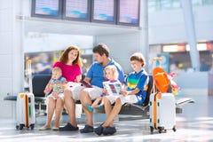 Familia feliz en el aeropuerto Fotografía de archivo libre de regalías