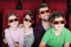 Familia feliz en el cine 3D Imágenes de archivo libres de regalías