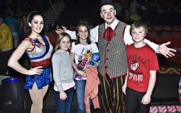 Familia feliz en el circo Foto de archivo libre de regalías