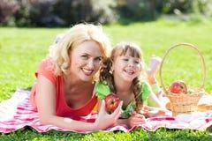 Familia feliz en el concepto de las vacaciones Madre y Fotos de archivo