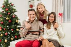 Familia feliz en el día de fiesta de la Navidad o del Año Nuevo Fotografía de archivo libre de regalías