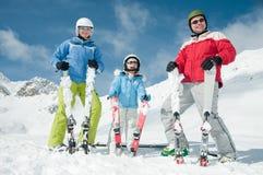 Familia feliz en el esquí Fotografía de archivo libre de regalías