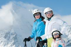 Familia feliz en el esquí Fotografía de archivo