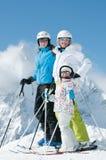 Familia feliz en el esquí Imágenes de archivo libres de regalías
