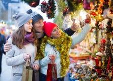 Familia feliz en el mercado de la Navidad Imagenes de archivo