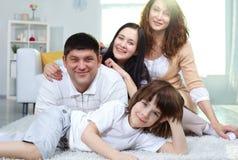 Familia feliz en el país Fotos de archivo libres de regalías