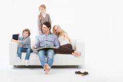 Familia feliz en el país Fotos de archivo