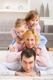 Familia feliz en el país fotografía de archivo libre de regalías