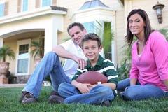 Familia feliz en el país (foco en muchacho) Foto de archivo libre de regalías