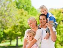 Familia feliz en el parque Imagen de archivo libre de regalías