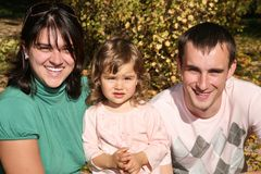 Familia feliz en el parque Fotos de archivo libres de regalías