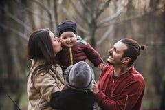 Familia feliz en el parque del otoño imagen de archivo libre de regalías