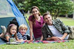 Familia feliz en el parque junto Imagen de archivo libre de regalías