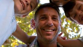 Familia feliz en el parque junto almacen de metraje de vídeo
