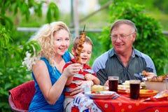 Familia feliz en el partido del hogar del fin de semana Foto de archivo libre de regalías