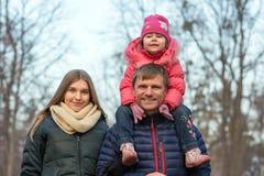 Familia feliz en el paseo en bosque otoñal Imagen de archivo