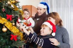 Familia feliz en el tiempo de la Navidad fotografía de archivo