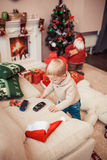 Familia feliz en el tiempo de la Navidad Fotografía de archivo libre de regalías