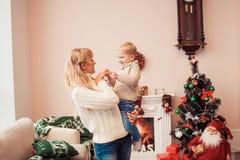 Familia feliz en el tiempo de la Navidad Foto de archivo