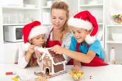 Familia feliz en el tiempo de la Navidad en la cocina Fotos de archivo libres de regalías