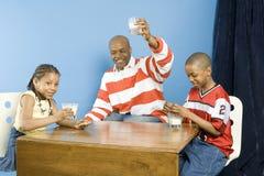 Familia feliz en el tiempo del bocado Imagenes de archivo