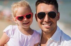 Familia feliz en gafas de sol en la playa del verano Fotografía de archivo libre de regalías